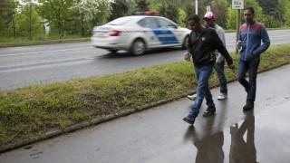 Körmend, 2016. május 2. A Körmendi Rendészeti Szakközépiskola területén lévõ ideiglenes befogadótáborban elszállásolt migránsok egy csoportja sétál a városban 2016. május 2-án. MTI Fotó: Varga György