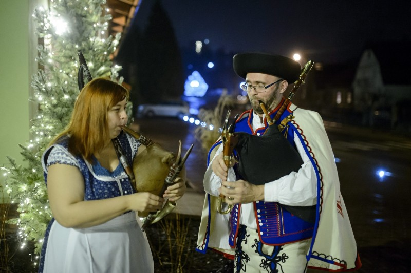 Bajmóc, 2015. december 18.  Pék Dudás Zsuzsi magyar és Juraj Dufek szlovák dudás játszik a szlovákiai Bajmócon (Bojnice) 2015. december 17-én. A közelmúltban tizenöt új elemmel bõvült az UNESCO szellemi kulturális világörökségi listája, közte a szlovák dudakészítéssel. Az UNESCO közleménye szerint a dudakultúra Szlovákia-szerte fellelhetõ: kiterjed a hangszerkészítéstõl a zenei repertoáron, a stíluson és a díszítésen át a táncig, a hozzá kötõdõ kifejezésekig és népi hagyományokig. MTI Fotó: Komka Péter