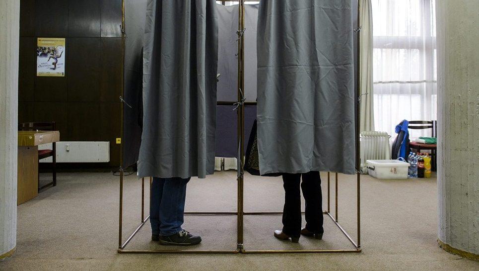 Salgótarján, 2016. február 28. Választók töltik ki szavazólapjaikat a szavazófülkében a salgótarjáni Balassi Bálint Megyei Könyvtárban 2016. február 28-án. A városban idõközi polgármester-választást tartanak Dóra Ottó szocialista polgármester halála miatt. MTI Fotó: Komka Péter