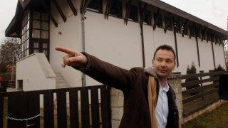 Gyömrõ, 2007. január 2. Gyenes Levente polgármester a tornaterem bezárt kapujánál. Iskolakezdéskor nem használhatják a tornatermet a gyömrõi gyerekek, mert a szilveszteri földrengés következtében megsérült Rákóczi Ferenc Általános Iskola tornatermi falának felsõ része közel egy centimétert elmozdult, így a végleges szakértõi vélemény elkészültéig biztosan lakat kerül a bejáratra. Várhatóan az épület szerkezeti átépítésére is szükség lesz, mert hasonló rengést már nem bírnának ki a falak. MTI Fotó: Koszticsák Szilárd