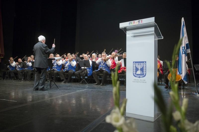 Budapest, 2016. május 12. A 100 Tagú Cigányzenekar az Izrael Állam függetlenségének 68. évfordulója alkalmából rendezett ünnepségen a Vígszínházban 2016. május 12-én. MTI Fotó: Koszticsák Szilárd