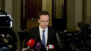 Budapest, 2016. május 13. Szijjártó Péter külgazdasági és külügyminiszter nyilatkozik a sajtónak a Magyar Tudományos Akadémia székházában 2016. május 13-án. A miniszter a kormány és a világ egyik vezetõ kommunikációs szolgáltatásokat és megoldásokat kínáló nagyvállalata, a BT regionális szolgáltató központja között létrejött stratégiai együttmûködési megállapodás aláírásán vett részt. MTI Fotó: Koszticsák Szilárd