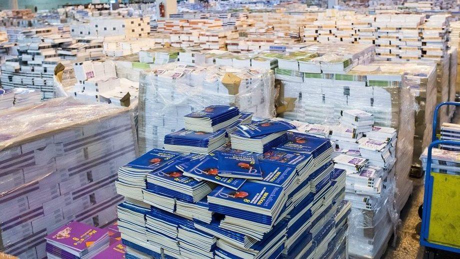 Budaörs, 2015. augusztus 3. Kiszállításra váró tankönyvek a Könyvtárellátó Nonprofit Kft. (Kello) budaörsi telephelyén 2015. augusztus 3-án. A megrendelt tankönyvcsomagok augusztus 25-éig eljutnak az iskolákba, így szeptember elsején minden diák átveheti tankönyveit. MTI Fotó: Marjai János