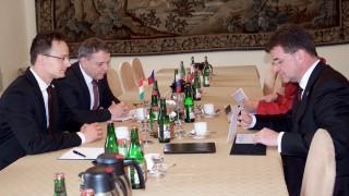 Prága, 2016. május 3. A Külgazdasági és Külügyminisztérium (KKM) által közreadott képen Szijjártó Péter külgazdasági és külügyminiszter, valamint Lubomir Zaoralek cseh és Miroslav Lajcák szlovák külügyminiszter (b-j) a V4-ek és a keleti partnerségben részt vevõ hat ország külügyminisztereinek kétnapos találkozóján Prágában 2016. május 3-án. MTI Fotó: KKM