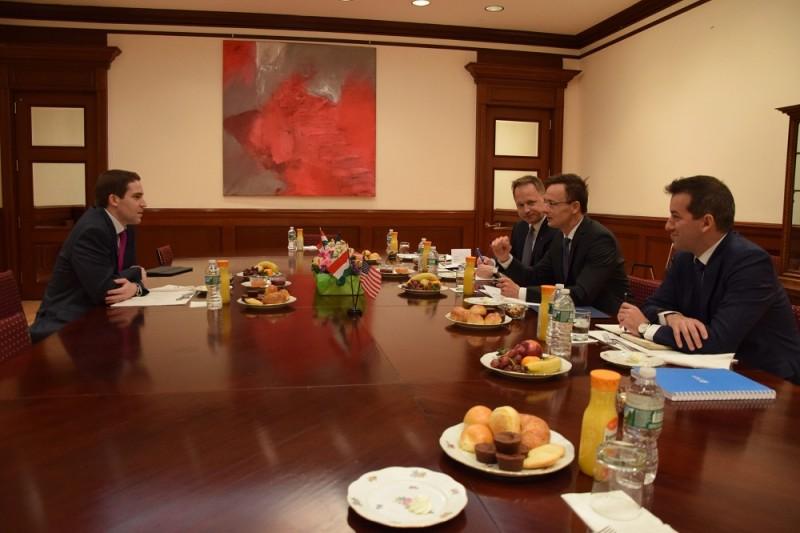 New York, 2016. május 10. A Külgazdasági és Külügyminisztérium (KKM) által közreadott képen Szijjártó Péter külgazdasági és külügyminiszter (j2) és Eric Westphal, a Cognizant igazgatója (b) megbeszélést folytat New Yorkban 2016. május 10-én. A miniszter mellett Kumin Ferenc New York-i magyar fõkonzul (j3) és Ésik Róbert, a Nemzeti Befektetési Ügynökség (HIPA) elnöke (j). MTI Fotó: KKM / Szabó Árpád