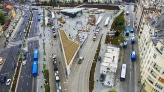 Budapest, 2016. május 12. Drónfelvétel a felújított Széll Kálmán térrõl 2016. május 12-én. A mintegy 5,3 milliárd forintnyi fõvárosi, kormányzati és uniós forrásból 400 nap alatt felújított téren a munkálatok május 10-én befejezõdtek. A korábbi csupasz betonfelületek helyett jelentõsen nõtt a zöldfelületek aránya: 182 fát telepítettek a térre és több mint 700 négyzetméternyi füvesített terület alakítottak ki.  A Széll Kálmán téren 2015. januárban kezdõdtek meg az átépítési munkálatok, majd 17 hónap munka után át is adták a megújúlt teret. MTI Fotó: Ruzsa István