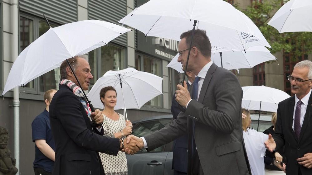 Koppenhága, 2016. május 31. A Külgazdasági és Külügyminisztérium (KKM) által közreadott képen Carl-Ake Carlsson, a dán Xellia gyógyszervegyészeti vállalat elnöke, vezérigazgatója köszönti Szijjártó Péter külgazdasági és külügyminisztert Koppenhágában 2016. május 31-én. MTI Fotó: KKM/Burger Zsolt