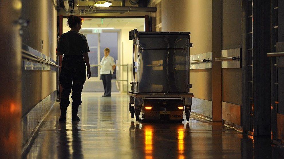 Békés, 2013. augusztus 13. Konténert szállító robot a Magyar Honvédség Egészségügyi Központban, a budapesti Honvédkórház alagsorában 2013. augusztus 13-án. A 74 ezer négyzetméteres épületegyüttesben 8 robot dolgozik, szállítja az ételt, a szennyest és a tiszta ruhát, valamint a veszélyes hulladékot, mintegy 30 ember munkáját kiváltva. MTI Fotó: Bruzák Noémi