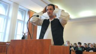 Budapest, 2012. november 9. Budaházy György az ellene hivatalos személy elleni erõszak miatt indult büntetõper tárgyalásán a Pesti Központi Kerületi Bíróság tárgyalótermében 2012. november 9-én. MTI Fotó: Soós Lajos