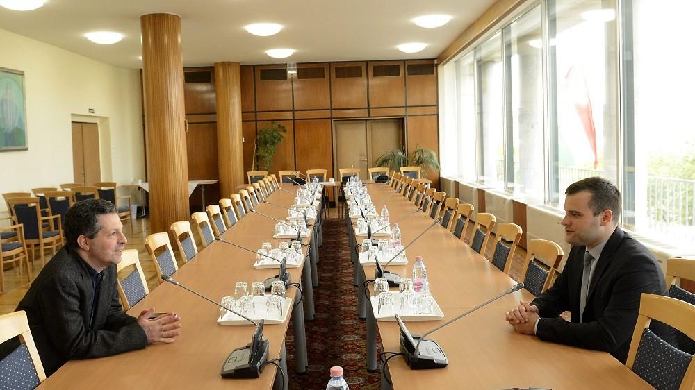 Budapest, 2016. május 5. Staudt Gábor, a Jobbik frakcióvezetõ-helyettese (j) és Schiffer András, az LMP frakcióvezetõje a Jobbik által kezdeményezett, a közvetlen államfõválasztásról szóló, ötpártira tervezett egyeztetésen az Országgyûlés Irodaházában, Budapesten 2016. május 5-én. A Jobbik és az LMP is a közvetlen államfõválasztás pártján áll - közölte a megbeszélésen megjelent két párt képviselõje. MTI Fotó: Soós Lajos