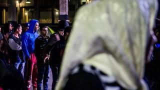 Pireusz, 2016. március 13. Migránsok sorban állnak az Athén melletti Pireusz kikötõjében, egy raktárban kialakított átmeneti szálláson 2016. március 13-án. MTI Fotó: Balogh Zoltán
