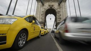 Budapest, 2016. május 3. A demonstráló taxis szervezetek konvoja a Lánchídon 2016. május 3-án. A taxisok az Uber közösségi személyszállító szolgáltatás ellen tiltakoznak vonulásos demonstrációjukkal a belvárosban. MTI Fotó: Balogh Zoltán