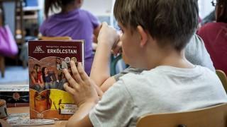 Debrecen, 2013. szeptember 3. Ötödikes diákok erkölcstanórán vesznek részt a debreceni Hunyadi János Általános Iskolában 2013. szeptember 3-án. A köznevelési törvény szerint indult az erkölcstan oktatása. MTI Fotó: Czeglédi Zsolt