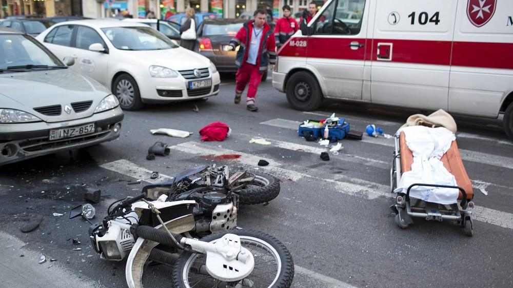 Budapest, 2012. december 7. Összeroncsolódott motorkerékpár a III. kerületi Kolosy téren, miután a motor személyautóval ütközött 2012. december 7-én. A kiérkezõ mentõk életmentõ beavatkozást hajtottak végre a motoroson, a 30 év körüli férfi kórházba szállítása után meghalt. A helyszínrõl egy hatvan év körüli férfit is kórházba vittek mellkasi és hasi sérülésekkel. MTI Fotó: Mohai Balázs