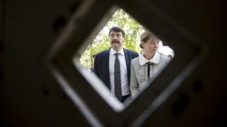 Marosvécs, 2016. május 15. Áder János köztársasági elnök és felesége, Herczegh Anita az erélyi Marosvécsen, a Kemény-kastély elõtt 2016. május 16-án. MTI Fotó: Mohai Balázs