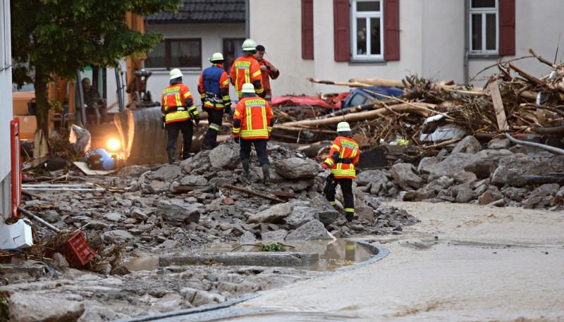 Braunsbach, 2016. május 30. Kidõlt fatörzsek és törmelékek borítják a dél-németországi Braunsbach egyik utcáját 2016. május 30-án, miután elõzõ éjjel hatalmas mennyiségû csapadék zúdult le Baden-Württembergben és több déli tartományban. A súlyos viharok és áradások miatt eddig legkevesebb hárman életüket vesztették és többen megsérültek. (MTI/AP/Marijan Murat)