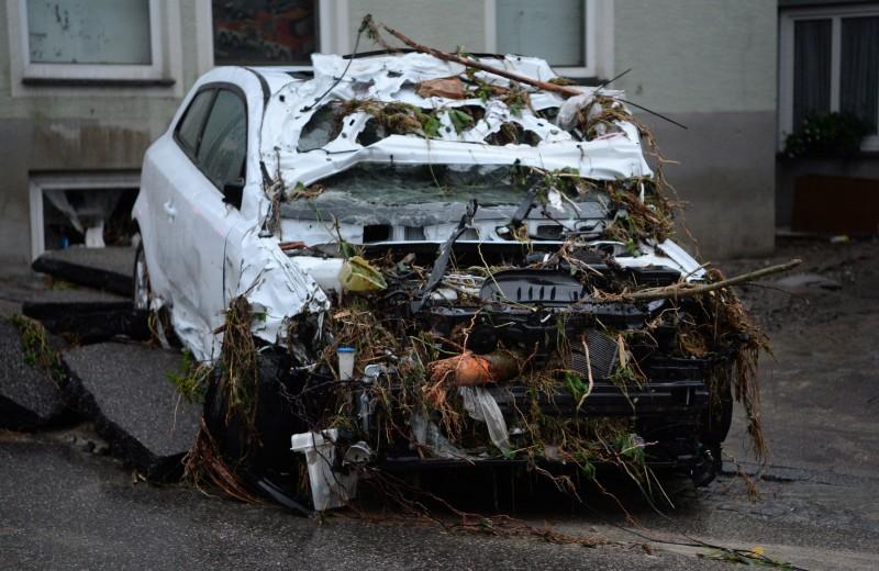 Braunsbach, 2016. május 30. Hordalék és szemét borít egy súlyosan megrongálódott személygépkocsit  a dél-németországi Braunsbach egyik utcáját 2016. május 30-án, miután elõzõ éjjel hatalmas mennyiségû csapadék zúdult le Baden-Württembergben és több déli tartományban. A súlyos viharok és áradások miatt eddig legkevesebb hárman életüket vesztették és többen megsérültek. (MTI/AP/Marijan Murat)