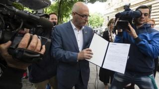 Budapest, 2016. május 18. Tóbiás József, a Magyar Szocialista Párt (MSZP) elnöke sajtótájékoztatót tart a Magyar Nemzeti Bank (MNB) székháza elõtt 2016. május 18-án. A pártelnök az MNB székházában a jegybank egyik munkatársának átadta Matolcsy György szocialisták által írt felmondólevelét. Az MSZP egy hetet adott a jegybankelnöknek, hogy reagáljon a lemondását sürgetõ felszólításra. MTI Fotó: Szigetváry Zsolt