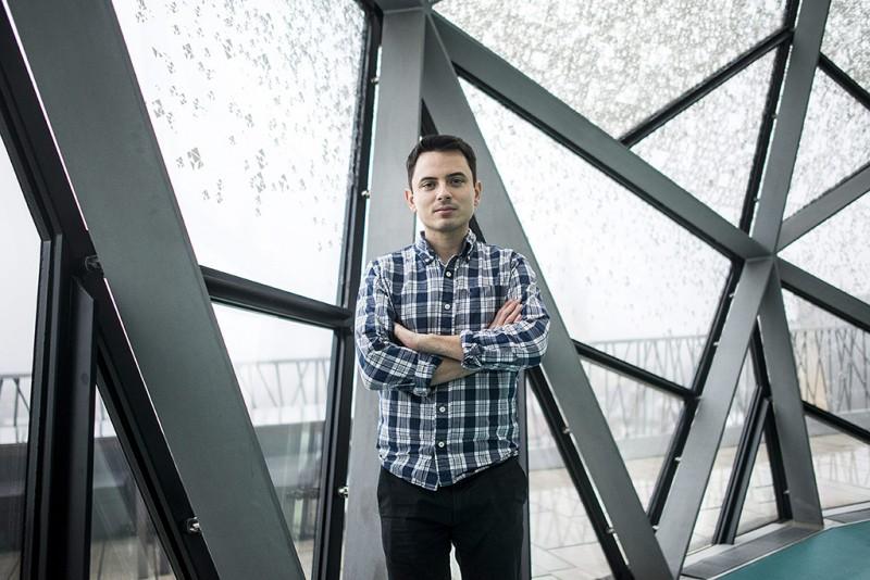 Budapest, 2016. január 26.Fehér Gyula, a Ustream alapítója, a cég technológiai igazgatója a Ustream budapesti irodájának galériáján, a Párizsi Nagyáruházban 2016. január 26-án. A magyar alapítású Ustream Inc. nevű, felhőalapú élő videostreaming (internetes műsorsugárzási lehetőség) szolgáltatást nyújtó vállalatot januárban vásárolta fel az IBM, az egyesült államokbeli székhelyű, multinacionális informatikai cég. A Ustream központja San Franciscóban van, fejlesztési részlege Budapesten, adatközpontjai pedig a kaliforniai San Joséban, Amszterdamban és Tokióban.MTI Fotó: Marjai János