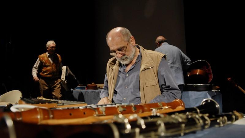 Budapest, 2009. március 28. Radványi Balázs (b), Gryllus Dániel (k) és Gryllus Vilmus (j), a Kaláka együttes tagjai a hangszereiket készítik elõ a fennállásuk 40. évfordulója alkalmából rendezett koncert elõtt a Marczibányi Téri Mûvelõdési Központban, a jubileumi elõadássorozat elsõ állomásán. A hat koncertet meghívott elõadók és szerzõk közremûködésével szeretnék emlékezetessé tenni. A Kaláka 1969-ben alakult Budapesten. A kaláka név jelentése egy erdélyi népszokás: közös munka. Eredetileg házépítést jelentett. MTI Fotó: Kallos Bea