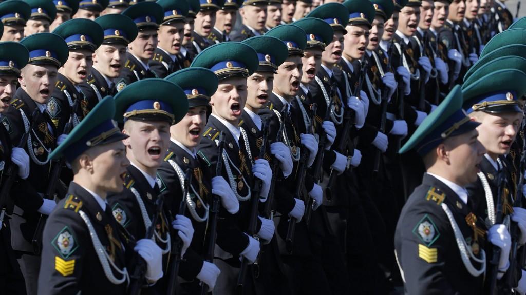 Moszkva, 2016. május 9. Orosz katonák menetelnek a gyõzelem napi díszszemléhez a moszkvai Vörös téren 2016. május 9-én. Oroszországban ezen a napon ünneplik a náci Németország felett a II. világháborúban aratott gyõzelem 71. évfordulóját. (MTI/EPA/Jurij Kocsetkov)
