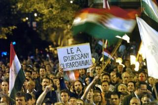 Budapest, 2006. szeptember 20.A Gyurcsány-kormány lemondását követelő tüntetés résztvevői a Kossuth téren.MTI Fotó: Kovács Tamás