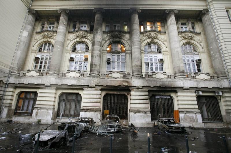 Budapest, 2006. szeptember 19.Kiégett, megrongált, összetört gépkocsik a Magyar Televízió (MTV) Szabadság téri székháza előtt, miután a tüntetők megpróbálták elfoglalni az intézményt. A felgyújtott és kiégett autókon, a televízió épületéből kihordott, összetört és szétdobált berendezési tárgyakon fellelhető nyomokat rögzítenek a bűnügyi technikusok.MTI Fotó: Füzesi Ferenc