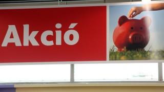 Dunakeszi, 2009. szeptember 3. Akciós termékeket hirdetõ tábla a Dunakeszin felavatott Tesco hipermarketben. MTI Fotó: Mohai Balázs
