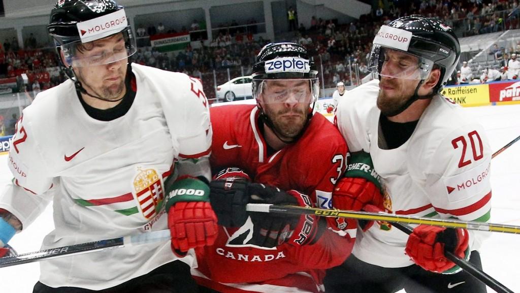 Szentpétervár, 2016. május 8. Jesse Dudas (b) és Sofron István (j), valamint a kanadai Boone Jenner (k) az oroszországi jégkorong-világbajnokság B csoportjának második fordulójában Szentpéterváron 2016. május 8-án. (MTI/AP/Dmitrij Loveckij)