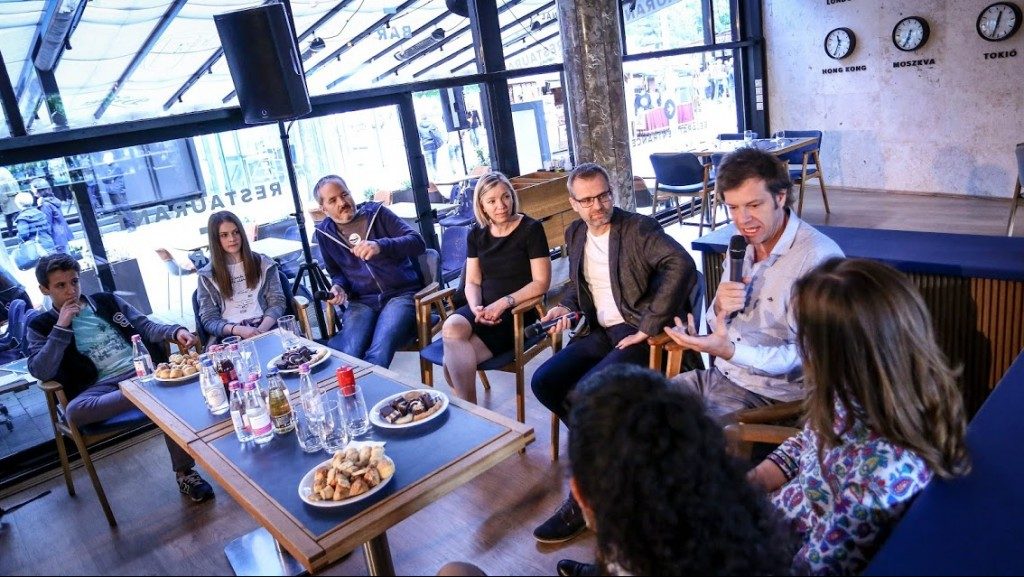 A digitaliscsalad.hu indulása alkalmával szervezett kerekasztal-beszélgetés résztvevői