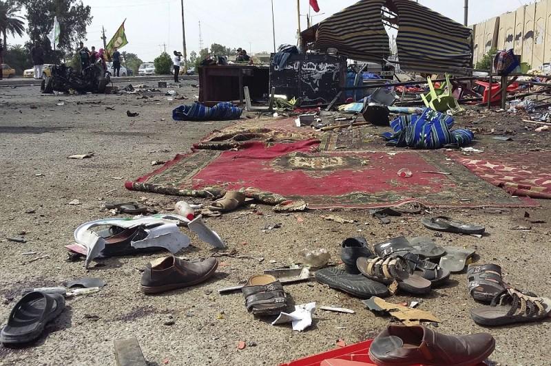 Bagdad, 2016. május 2. Áldozatok cipõi hevernek szétszórva a fõváros déli, Szadíja nevû negyedében elkövetett pokolgépes merénylet helyszínén 2016. május 2-án. A gépkocsiba rejtett pokolgéppel elkövetett robbantásban legkevesebb 11 ember életét vesztette, 30 megsebesült. (MTI/AP/Aszad Muhszin)