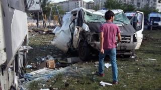 Diyarbakir, 2016. május 10. Egy férfi megy egy megrongálódott autóroncs elõtt a fõként kurdok lakta délkelet-törökországi Diyarbakir város központjában elkövetett pokolgépes merénylet helyszínén 2016. május 10-én. A támadásban legkevesebb 15 ember megsebesült. (MTI/AP)