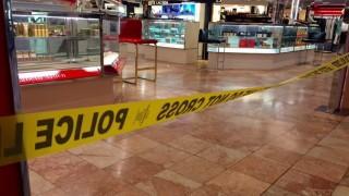 Taunton, 2016. május 11. Rendõrségi szalag a Massachusetts állambeli Taunton Silver City Galleria bevásárlóközpontjában 2016. május 10-én, miután egy férfi lövöldözött, majd két embert késsel megölt a létesítményben. Elõzõleg a férfi egy közeli házban is megkéselt embereket. A támadót egy szolgálaton kívüli rendõr lelõtte, és a gyilkos belehalt sérülésébe. (MTI/AP/The Daily Gazette/Charles Winokoor)