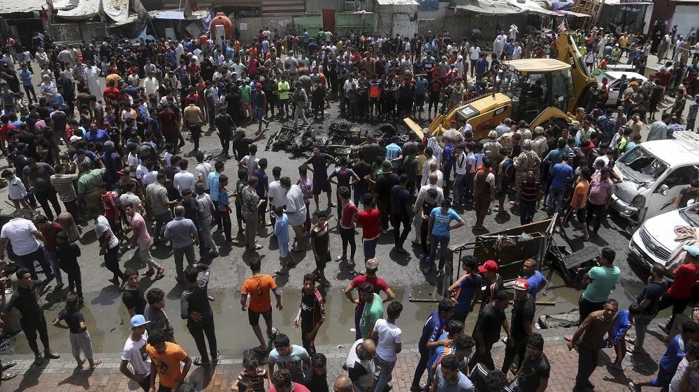 Bagdad, 2016. május 11. Roncsokat takarít el egy munkagép Bagdadban 2016. május 11-én, miután az Iszlám Állam iszlamista terrorszervezet gépkocsiba rejtett pokolgépet robbantott az iraki fõváros túlnyomórészt síiták lakta szegénynegyedének, Szadrvárosnak a piacán. Legalább harmincnégy ember életét vesztette, ötvenöt megsebesült. (MTI/AP/Hálid Mohammed)