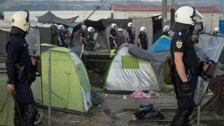 Idomeni, 2016. május 18. Követ dobáló bevándorlókkal állnak szemben görög rendõrök a macedón határ mellett fekvõ Idomeni görög falunál lévõ migránstáborban 2016. május 18-án, amikor a bevándorlók a rossz körülmények és a határzár miatt tiltakoznak. A macedón határnál továbbra is több ezer bevándorló várakozik abban a reményben, hogy megnyitják elõttük az utat az Európai Unió nyugati országai felé. (MTI/AP/Darko Bandic)