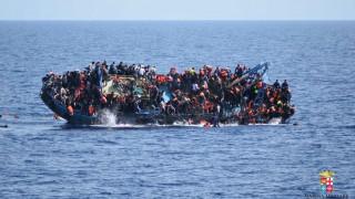 Líbia, 2016. május 25. Az olasz haditengerészet által közreadott felvételen migránsok ugrálnak a tengerbe egy süllyedõ hajó fedélzetérõl Líbia partjainál 2016. május 25-én. Az elmúlt egy napban a mentést irányító olasz haditengerészet egyéb hajók közremûködésével huszonhárom akció során mintegy 3000, Afrikából Európába igyekvõ illegális bevándorlót mentett ki a Földközi-tengerbõl a líbiai partszakasz közelében. Hét embert holtan emeltek ki a vízbõl és valószínûleg többen a tengerbe vesztek. (MTI/AP/Olasz haditengerészet)