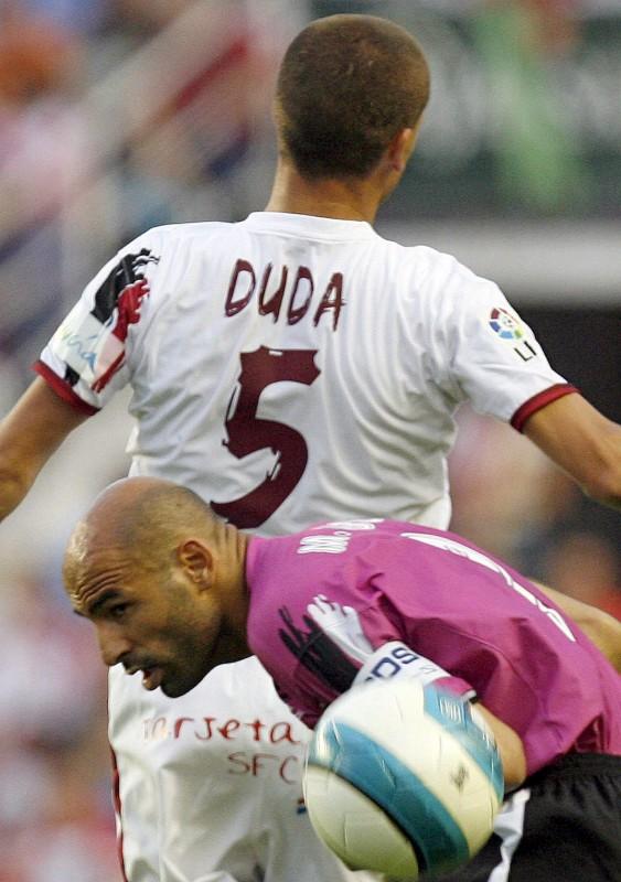 Sevilla, 2007. május 10. A Sevilla FC brazil középpályása, Sergio Paulo Barbosa DUDA harcol a labdáért Manuel PABLÓ-val, a Deportivo Coruna játékosával 2007. május 9-én a Spanyol Király Kupa mérkõzésén. (MTI/EPA/JULIO MUNOZ)
