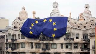 Barcelona, 2008. május 10. Munkások terítik ki az Európa Unió zászlaját Antoni Gaudi szecessziós építész La Pedrera nevû lakóházának homlokzatán Barcelonában az Európai Unió születésnapja, az Európa-nap alkalmából. (MTI/EPA/Xavier Bertral)