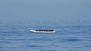 Földközi-tenger, 2015. április 23. Afrikából útnak indult illegális bevándorlók gumicsónakja a Földközi-tengeren, mielõtt kimenti õket az olasz pénzügyõrség egyik járõrhajója 2015. április 22-én. (MTI/EPA/Alessandro di Meo)