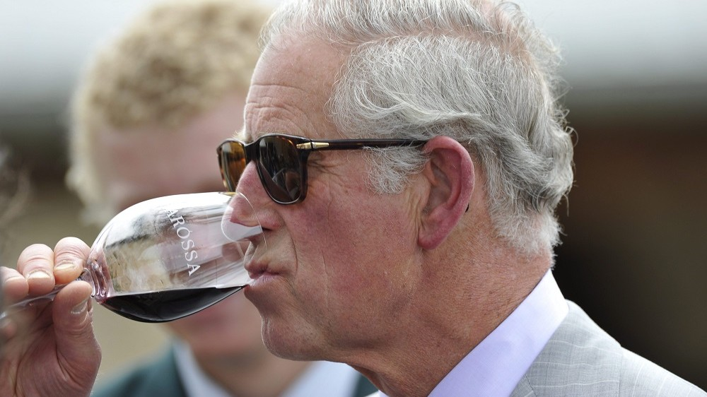 Tanunda, 2015. november 10. Károly walesi herceg, brit trónörökös bort kóstol az ausztráliai Tanundában 2015. november 10-én. Károly herceg és neje egyhetes új-zélandi látogatása után érkezett Ausztráliába. (MTI/EPA/David Mariuz)