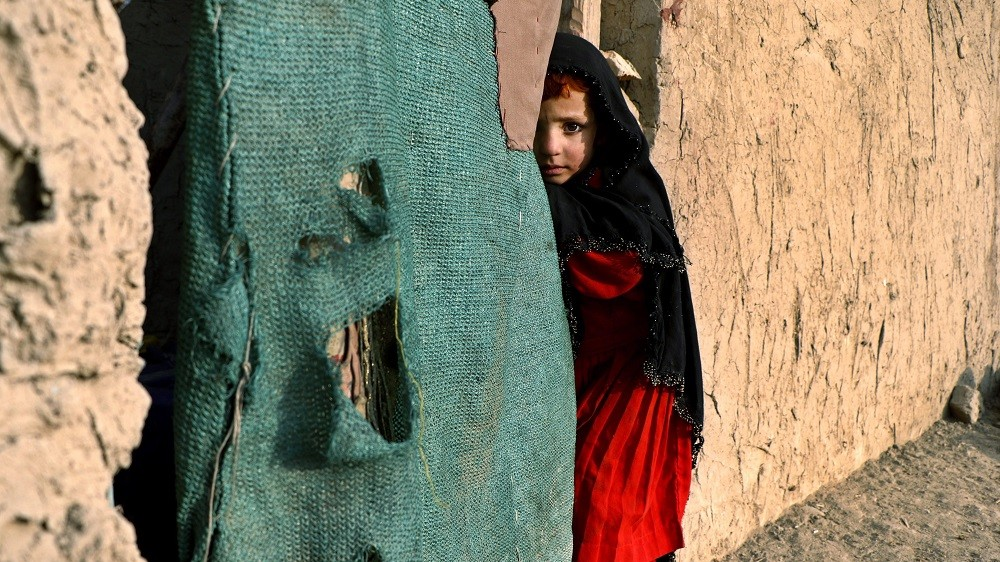 Kabul, 2015. december 22. Fegyveres konfliktusos övezetbõl érkezett afgán kislány egy belföldi menekültek számára létrehozott ideiglenes táborban, Kabulban 2015. december 22-én. Az ENSZ Menekültügyi Fõbiztosságának (UNHCR) becslése szerint az otthonukat elhagyni kényszerülõ afgánok száma 2015 végére elérheti a kilencszázezret. (MTI/EPA/Hedajatullah Amid)