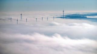 Niederleis, 2015. december 25. Szélerõmûvek vastag ködtakaróban a Bécstõl északra fekvõ Niederleis közelében 2015. december 25-én. (MTI/EPA/Christian Bruna)