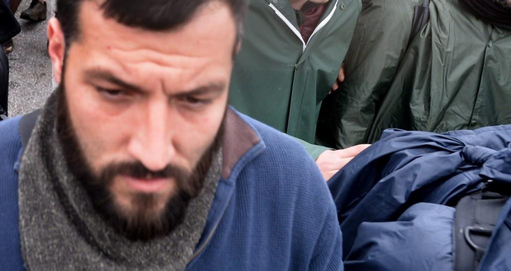 Idomeni, 2016. március 14. A macedón határ mellett fekvõ Idomeni görög falu közelében lévõ táborukból útnak indult migránsok mennek, hogy a határon emelt macedón védõkerítést megkerülve bejussanak Macedóniába 2016. március 14-én. (MTI/EPA/Nake Batev)