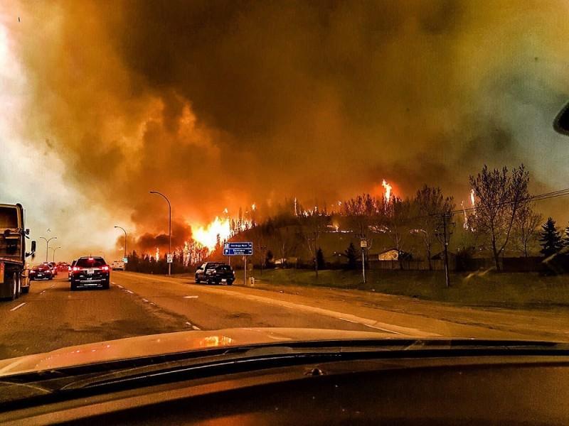 Fort McMurray, 2016. május 5. A Twitter internetes közösségi portál @jeromegarot  azonosítójú felhasználója által 2016. május 5-én közreadott kép a kanadai Alberta tartományban napok óta pusztító erdõtûzrõl Fort McMurray városánál május 3-án. A tartományi hatóságok evakuálták Fort McMurray lakosságát a szárazság és a szél miatt gyorsan terjedõ tûz elõl. (MTI/EPA/Twitter.com/jeromegarot)