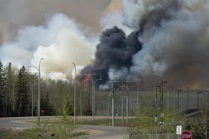 Fort McMurray, 2016. május 5. Az albertai tartományi kormány által közreadott képen erdõtûz füstje Fort McMurray fölött 2016. május 4-én, amikor erdõtüzek pusztítanak a nyugat-kanadai Alberta tartományban. (MTI/EPA/Albertai tartományi kormány/Chris Schwarz)