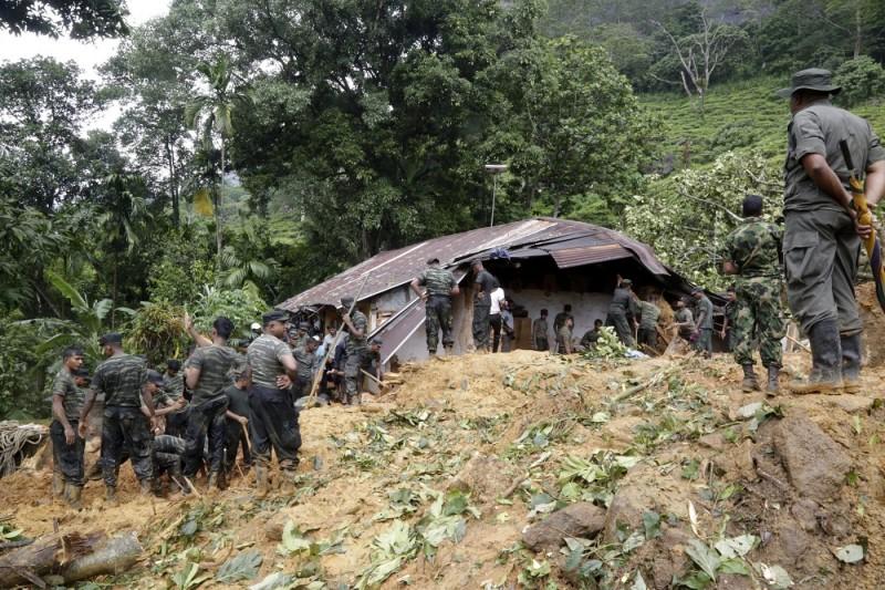Bulathkohupitiya, 2016. május 18. Túlélõk után kutatnak a Srí Lanka-i hadsereg katonái Bulathkohupitiyában 2016. május 18-án, miután sárlavina söpört végig három településen a fõvárostól, Colombótól mintegy 70 kilométerre északra. A földcsuszamlásban 16 ember életét vesztette és legkevesebb kétszáz család eltûnt. (MTI/EPA/M. A. Pushpa Kumara)