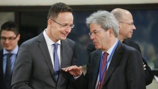 Brüsszel, 2016. május 20. Szijjártó Péter külgazdasági és külügyminiszter (b) és Paolo Gentiloni olasz külügyminiszter a NATO-tagállamok külügyminisztereinek kétnapos brüsszeli tanácskozásának második napján, 2016. május 20-án. (MTI/EPA/Olivier Hoslet)
