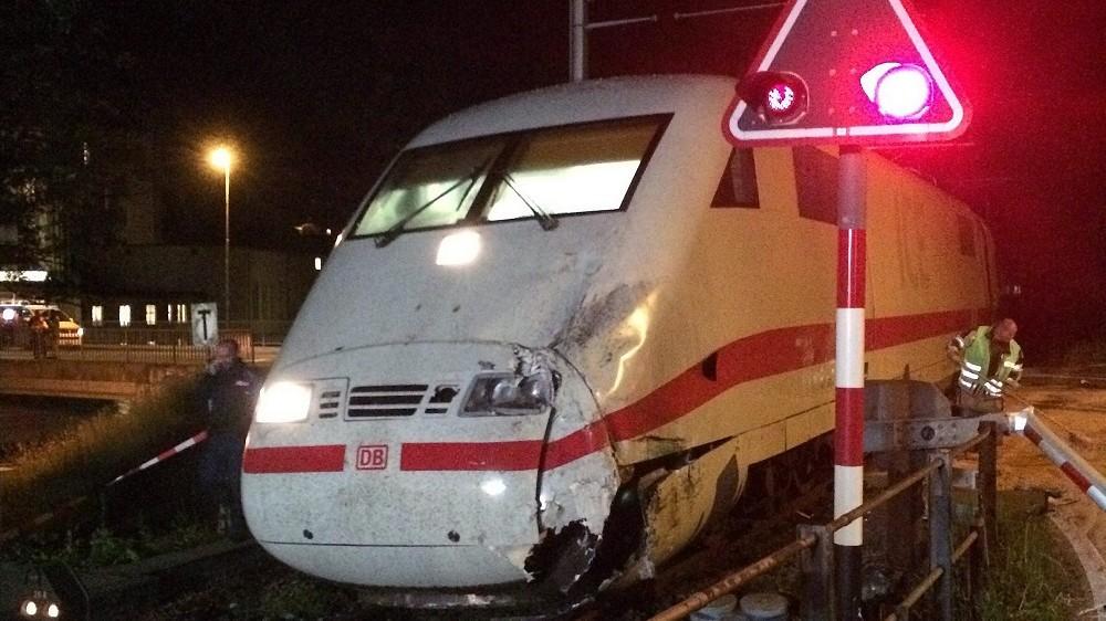 Interlaken, 2016. május 21. A svájci Bern kanton rendõrsége által 2016. május 21-én közreadott fotó egy gyorsvonatról, amely egy turistabusznak ütközött a svájci Interlaken város egyik vasúti átjárójában 2016. május 20-án. A balesetben 17 ember megsérült. (MTI/EPA/Bern kanton rendõrsége)