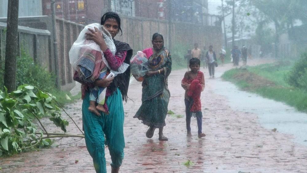 Csittagong, 2016. május 21. Szakadó esõben keresnek átmeneti szálláshelyet nõk és gyerekek a bangladesi Csittagongban 2016. május 21-én. A Banglades déli partvidékén pusztító Roanu ciklon miatt lakóházak dõltek romba, legkevesebb tizenegy ember életét vesztette és több mint százan megsebesültek Bola, Csittagong, Cox's Bazar és Patuakali körzetekben. (MTI/EPA)