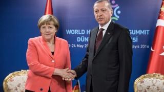 Isztambul, 2016. május 23. A török elnöki sajtóhivatal által közreadott kép Angela Merkel német kancellárról (b) és Recep Tayyip Erdogan török elnökrõl a humanitárius válsághelyzetek kezelésével foglalkozó kétnapos ENSZ-konferencián tartott kétoldalú megbeszélésük kezdetén Isztambulban 2016. május 23-án. (MTI/EPA/Michael Kappeler)
